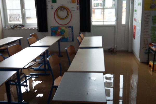 l'école primaire de Saint-Julien-le-Faucon inondée