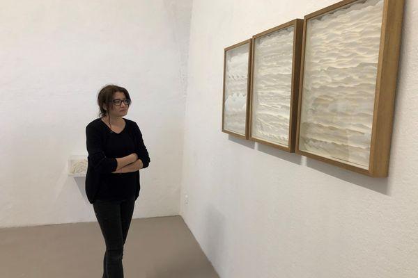 """À partir du 19 mai, l'exposition """"Thanaya, entre plis et chemins"""" de l'artiste tunisienne Najah Zarbout ouvrira ses portes au Frac de Corte."""