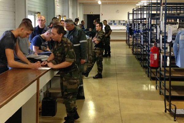 Les premiers élèves de l'école de gendarmerie, installée sur l'ancienne BA 102 Dijon-Longvic, récupèrent leurs tenues.