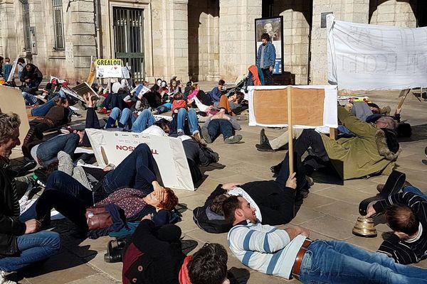 Les parents d'élèves ont manifesté devant l'inspection académique du Lot pour protester contre la nouvelle carte scolaire.