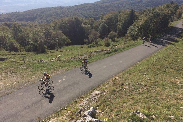 Ce samedi 15 septembre 2018, plus d'une centaine de cyclistes amateurs grimpaient plusieurs fois de suite le col du Grand Colombier, qui culmine à 1 534 mètres d'altitude.