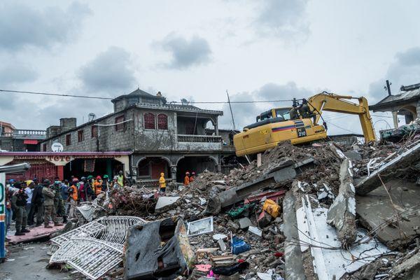 Recherche de victimes dans un quartier de la ville des Cayes en Haïti.