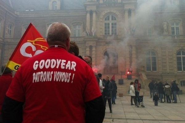 Des salariés Goodyear devant l'hôtel de ville d'Amiens en 2013.