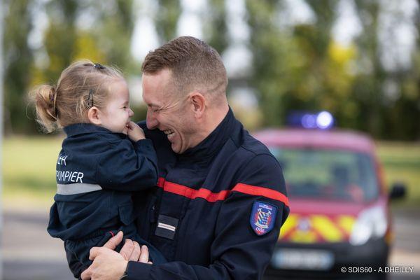 La petite Léa et Mathieu, pour la campagne d'affichage du congrès national des sapeurs-pompiers.