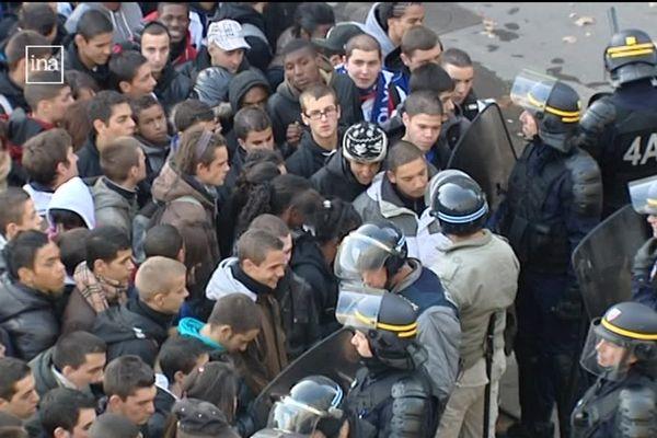 """Le 21 octobre 2010, les forces de l'ordre utilise la technique controversée de la """"nasse"""" pour bloquer les issues de la Place Bellecour à Lyon lors d'une manifestation contre une réforme des retraites. 200 personnes selon la Police, """"plus de 700"""" selon le collectif, sont bloquées pour """"une opération globale de contrôles d'identité""""."""