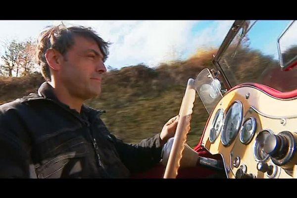 Xavier Cornillon, un artisan réparateur et restaurateur de voitures anciennes, installé à Saint-Chamond (Loire)