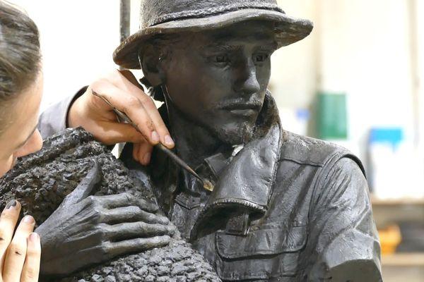 L'artiste Elena Di Giovani dans la fonderie où elle érige la statue du berger