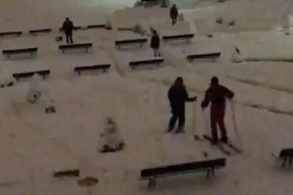 Capture d'écran d'une vidéo montrant des skieurs sur les pentes du quartier de Montmartre, à Paris, le 7 février 2018.