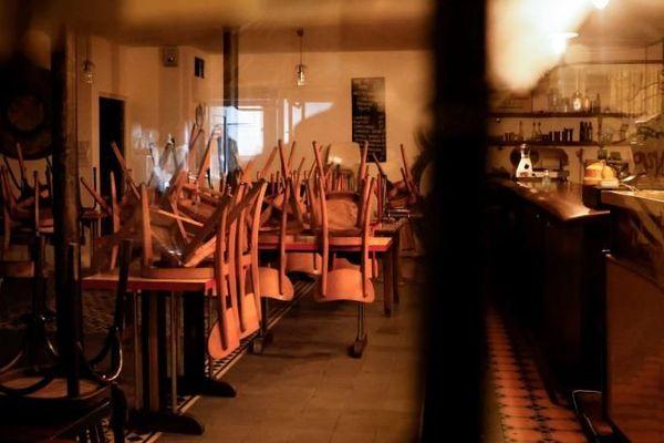 Un bar fermé à Paris, le 6 octobre 2020, jour d'entrée en vigueur de nouvelles mesures de restriction sur leur ouverture.