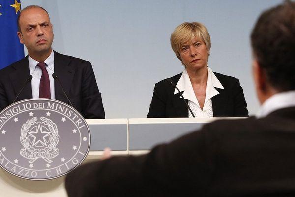 """Les ministres italiens l'Intérieur et de la Défense lors d'une conférence de presse pour le lancement de l'opération """"Triton"""" avec Frontex à Rome, le 31 octobre 2014."""
