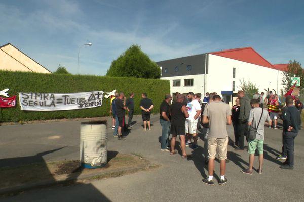 Une cinquantaine de salariés de l'usine Simra se sont mis en grève pour demander des réponses de la direction