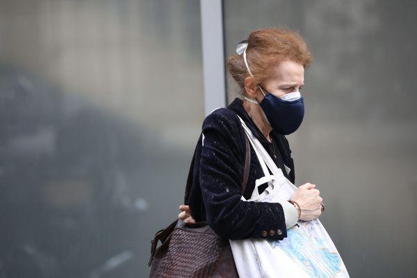 Confinement chez soi, interdiction de circuler librement, peur de l'épidémie et de la mort : la vie quotidienne pendant 55 jours en France.