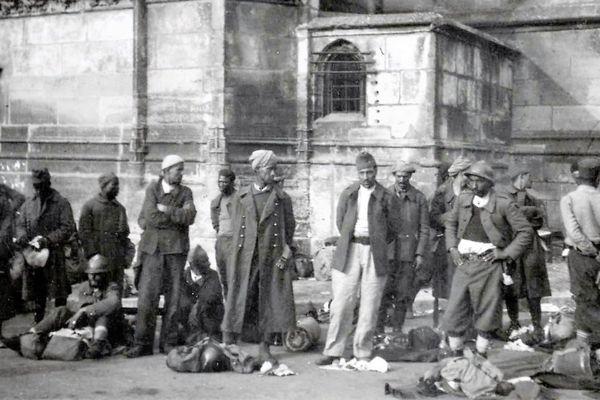 La France a enrôlé des hommes de ses colonies pour densifier son armée. Ici une photographie prise à l'usine dite La Rochette de Clamecy (Nièvre).