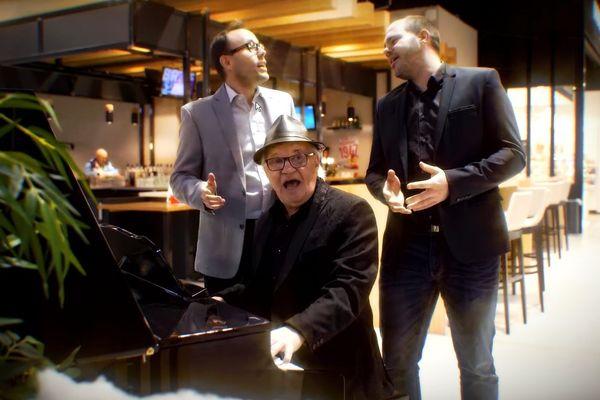 "Max, Tommy et Wolfgang Beyer dans le clip ""Feliz Navidad"""