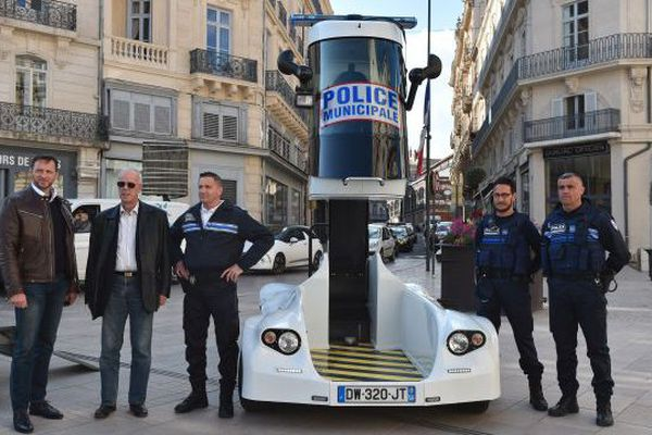 La police municipale de Béziers pose aux côtés de son tout nouveau véhicule de surveillance - mars 2016