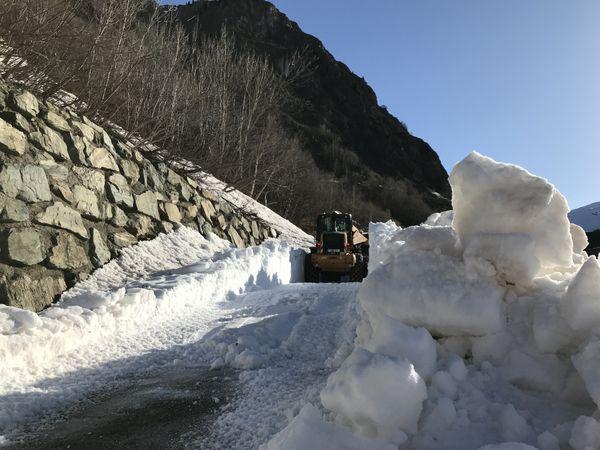 Les agents du département de l'Isère ont débuté le déneigement de la route d'accès au col de la Croix de Fer ce mardi 6 avril. Elle devrait rouvrir courant mai.