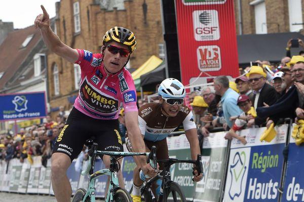 Le porteur du maillot rose de leader Mike Theunissen (Jumbo-Visma) s'impose au sprint devant Clément Venturini (AG2R) au sommet du mont Cassel
