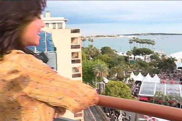 Vue imprenable sur la montée des marches depuis cette terrasse de Cannes.