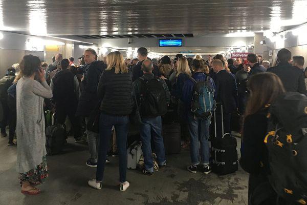Des voyageurs patientent avant d'embarquer pendant que la police vérifie le signalement d'un passager qui a cru reconnaître le fugitif de Lorient, ce vendredi 14 juin 2019.