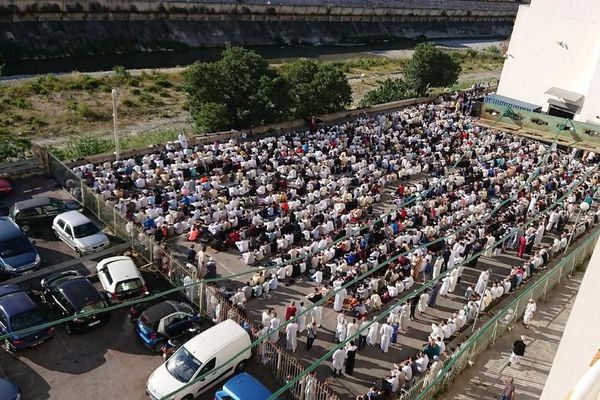 La prière organisée sur le parking du Théâtre Lino Ventura avait rassemblé près de 1.000 fidèles musulmans.