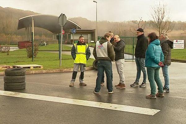 Plusieurs agents de déchetterie ont manifesté, mardi 28 novembre, devant le site de Waridon (Ardennes) pour protester contre la privatisation de deux centre de revalorisation des déchets de l'agglomération Ardenne-métropole.