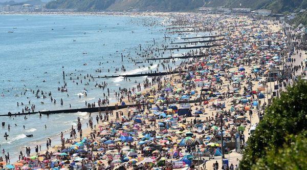 Plage bondée à Bournemouth, dans le sud de l'Angleterre, jeudi.