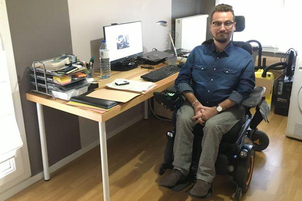 Arnaud, lance à Nancy (Meurthe-et-Moselle), un appel à financement participatif en ce mois de novembre 2018, pour pouvoir acheter une voiture, adaptée à son handicap.