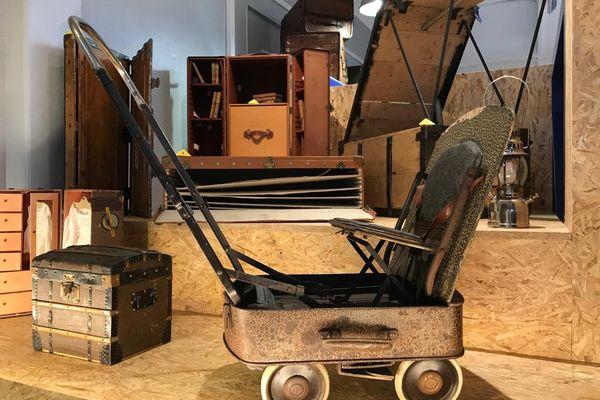 Une poussette transportable dans une valise est une des pièces insolites exposées au musée du bagage de Haguenau.