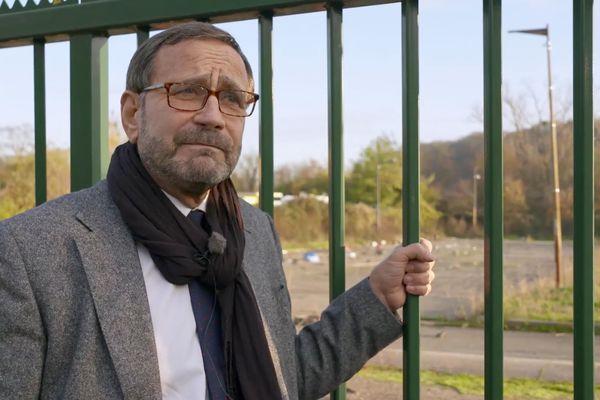 Raphaël Pitti devant l'ancien camp de réfugiés de Blida à Metz.