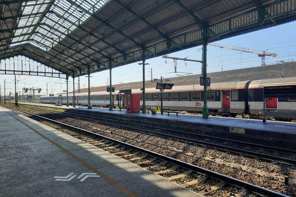 En raison de l'interruption du trafic, la gare de Béziers (Hérault) est vide mardi 27 juillet.