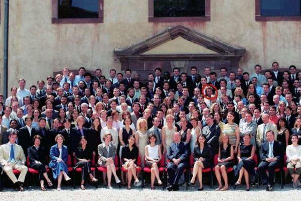 La promotion Senghor de l'Ena, en 2004. Entouré de rouge, Emmanuel Macron