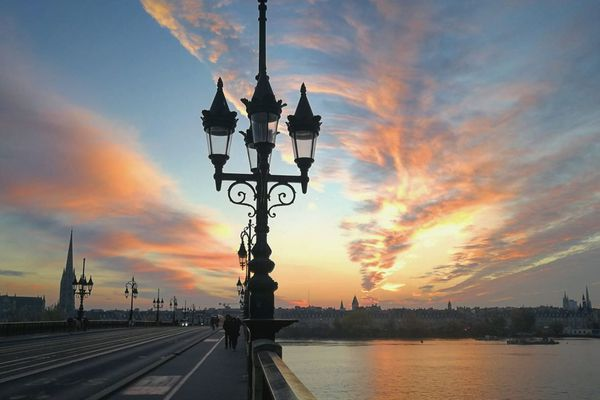 Nuages sur le pont de Pierre à Bordeaux