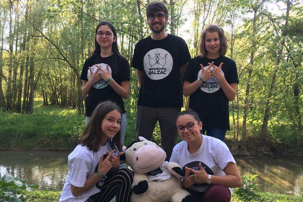 Les élèves du collège Balzac avec leur professeur M. Perry et leur mascotte Maguy au Printemps de Bourges