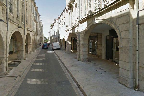 La rue du Minage, à La Rochelle, où certains SDF ont l'habitude de passer la nuit à l'abri des arcades