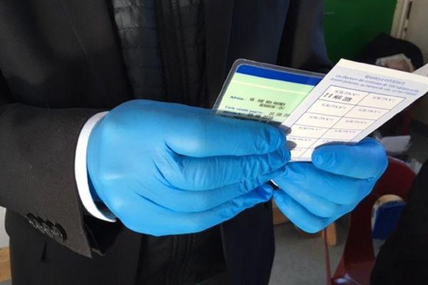 Dans un bureau de vote lors du 1er tour le 15 mars dernier