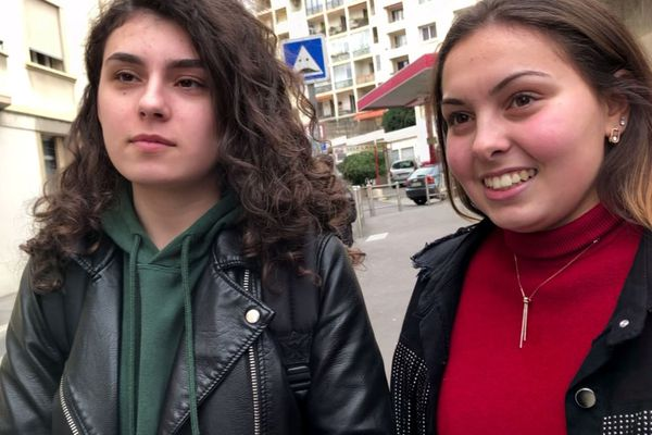 Camille (à droite), Inès, terminale ES lycée Saint-Charles Camas