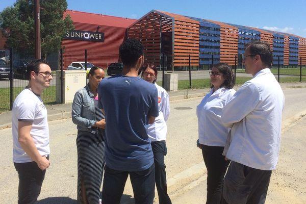 Des salariés de SunPower devant l'usine toulousaine