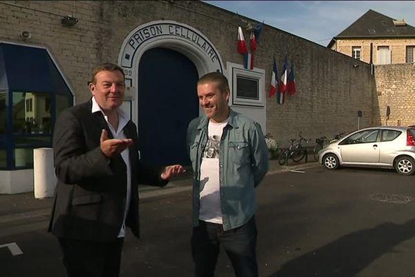 """Jacques Perrotte avec David Desclos devant la Maison d'arrêt de Caen, ou il jouera bientôt son spectacle autobiographique """"Ecroué de rire""""."""