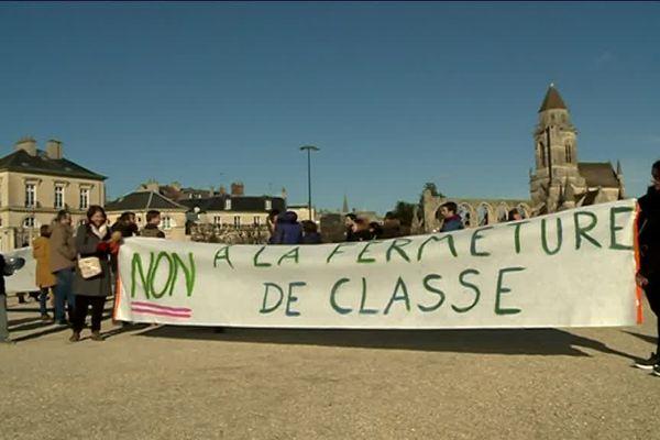Manifestation ce mercredi après-midi des parents et enfants de l'école primaire de La Haie-Vigné devant la mairie de Caen