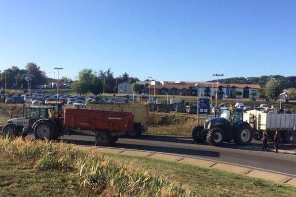 Les agriculteurs se sont positionnés sur le rond-point de l'autoroute à Agen