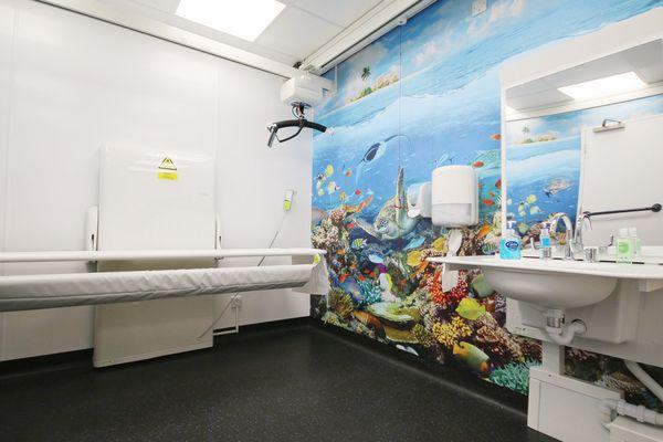 La salle de change offre 12 m² avec des WC, une table à langer pour adulte, un lève-personne, des barres... Autant d'accessoires indispensables pour les personnes qui ont un handicap lourd et surtout pour aider leurs proches.
