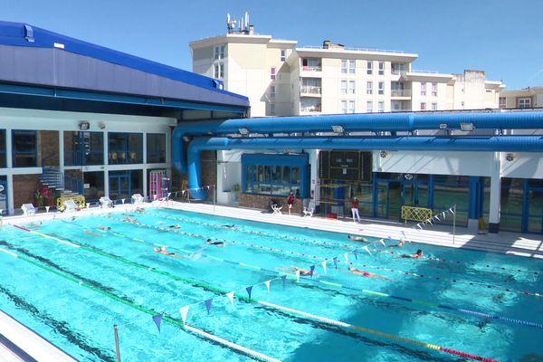 Les nageurs ont pu retrouvé le bassin extérieur de la piscine de Val-de-Reuil (Eure) car son toit est totalement escamotable.