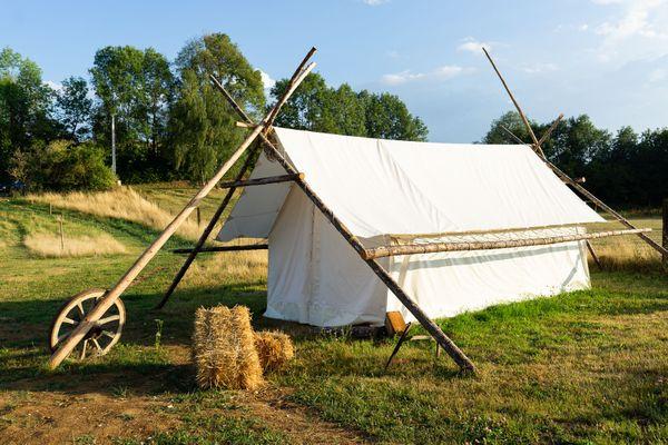 La tente trappeur a été conçue pour trois personnes, avec un plancher en bois, de quoi supporter la météo capricieuse