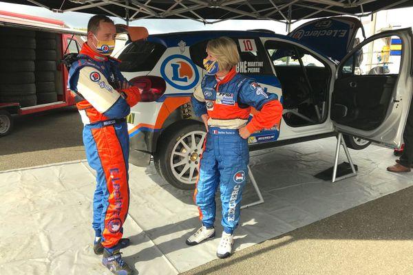 Martine et Pierre Roché ( 4 fois vice-champion de France des rallyes) devant leur Citroen C3 au stand d'assistance de Savigny-sur-Braye le jour des premiers essais du rallye Coeur de France 2020