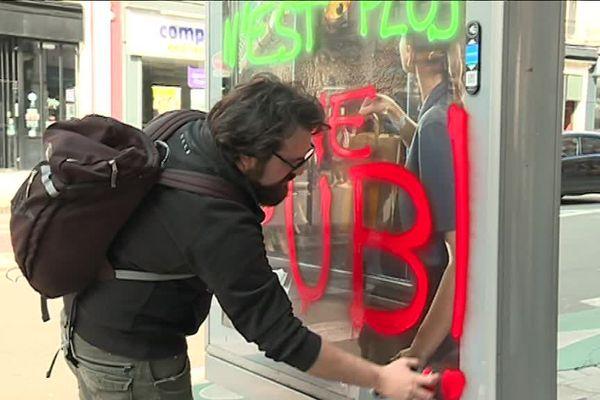 Le collectif lillois des Déboulonneurs mène des actions de barbouillage des panneaux publicitaires depuis 2006. Ils fêtent ce dimanche leur centième action.