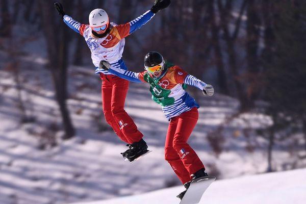 Pereira De Sousa Mabileau et Trespeuch (droite)  lors de la demi-finale de snowboard cross