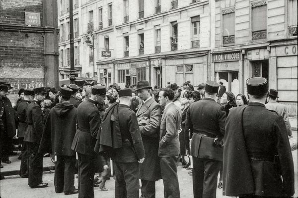 """Des milliers de Juifs, pour la plupart polonais, ont reçu une convocation sous la forme d'un billet vert pour un """"examen de situation"""". À leur arrivée au gymnase Japy, à Paris, ils furent arrêtés puis déportés. AFP/Shoah Memorial Paris 2021"""