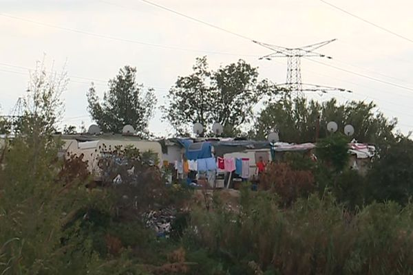 Montpellier - un bidonville en bordure d'autoroute - 2019.