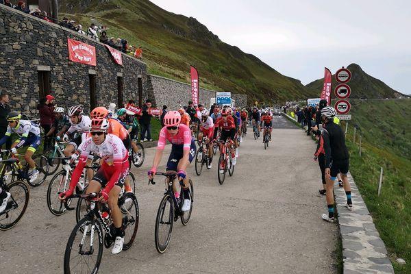 Les cyclistes du Critérium du Dauphiné franchissent, dimanche 9 juin, le Pas de Peyrol (Cantal).