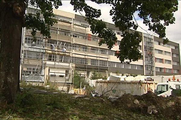 Sur le campus des Cézeaux, les étudiants clermontois découvrent leurs chambres universitaires rénovées pendant l'été.